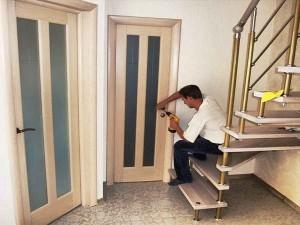 Как производят монтаж межкомнатных дверей?