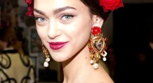 Каким девушкам подойдут  золотые серьги в ярком и смелом дизайне?