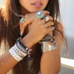 Как девушкам удачно вписать серебряный браслет в образ?