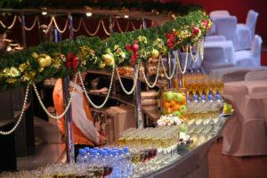 Как сделать новогоднее оформление ресторана своими руками?
