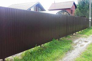 Забор из профнастила – лучшее решение для частного участка