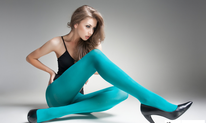 Зеленые и синие колготки – выбор настоящих модниц