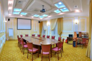Почему конференц-зал идеально подходит для проведения презентаций?