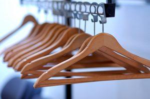 Зачем и какие нужны вешалки в гардеробе?
